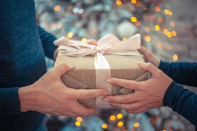Fare i regali: le regole del bon ton